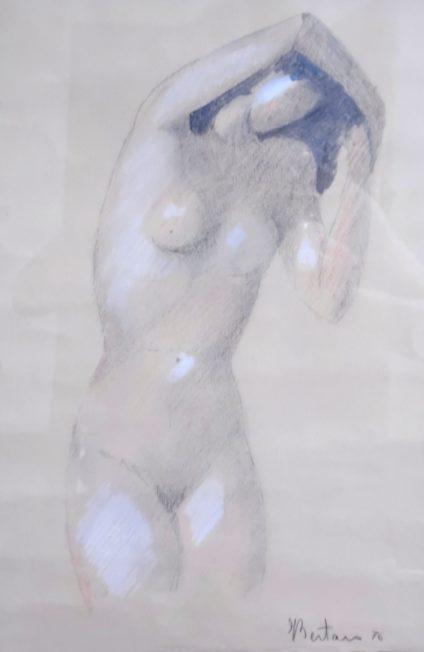 donna con braccia alzate